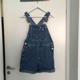 Hängsleshorts i jeans från beyond retro, ett par favoriter som inte använts på ett tag. Passar XS och S!
