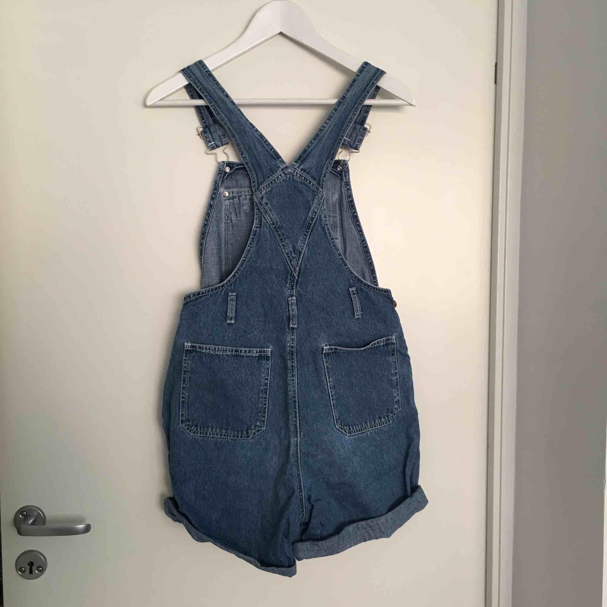 Hängsleshorts i jeans från beyond retro, ett par favoriter som inte använts på ett tag. Passar XS och S! . Jeans & Byxor.
