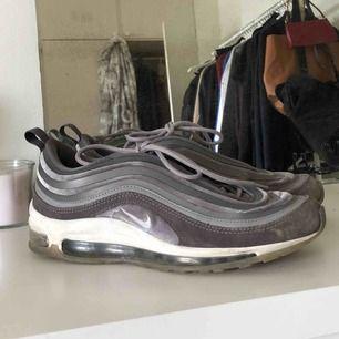 Säljer mina finaste Nike 97 i färgen Gunsmoke velvet. Bekvämaste skor jag någonsin haft men säljer pga för få användningstillfällen. Köptes för 1800, mycket fint skick och sparsamt använda