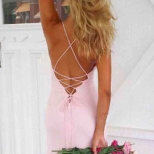 En bal klänning köpt på dennismaglic för ca 1400kr. Ser ut som nu och endast använd under några timmar. Färgen ser ut som den gör på första bilden