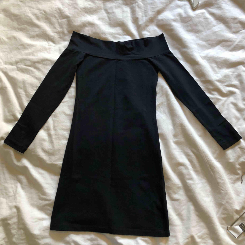 En riktigt tight partyklänning med bara axlar och lång ärm.  Fantastiskt snygg!   Upphämtas i centrala Uppsala Porto tillkommer vid frakt, 54kr. . Klänningar.