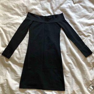 En riktigt tight partyklänning med bara axlar och lång ärm.  Fantastiskt snygg!   Upphämtas i centrala Uppsala Porto tillkommer vid frakt, 54kr.