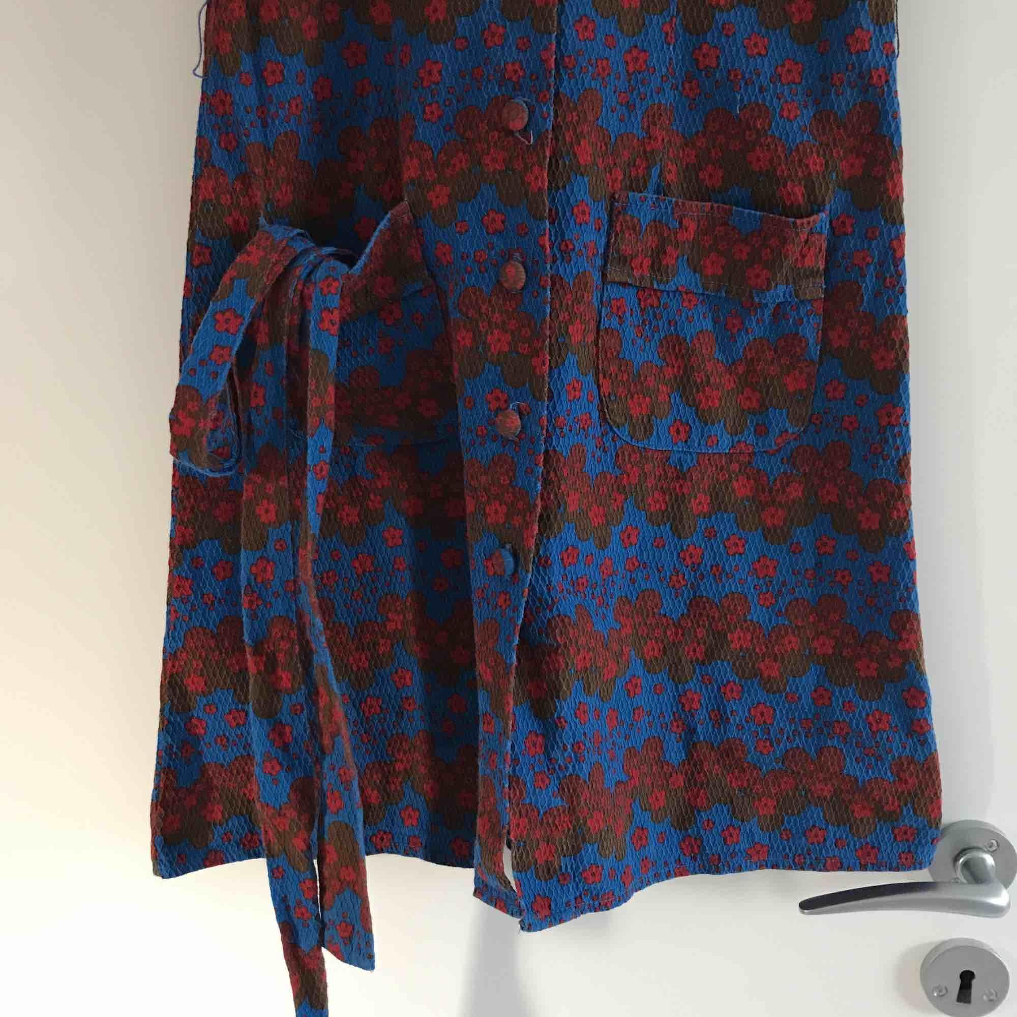 One of a kind vintage klänning. Köpt secondhand utan lapp så har ingen aning om märke men den känns välgjord. Toppen skick. Band ingår som kan knytas både fram och bak men också fin utan. Färgen syns bäst på sista bilden.. Klänningar.