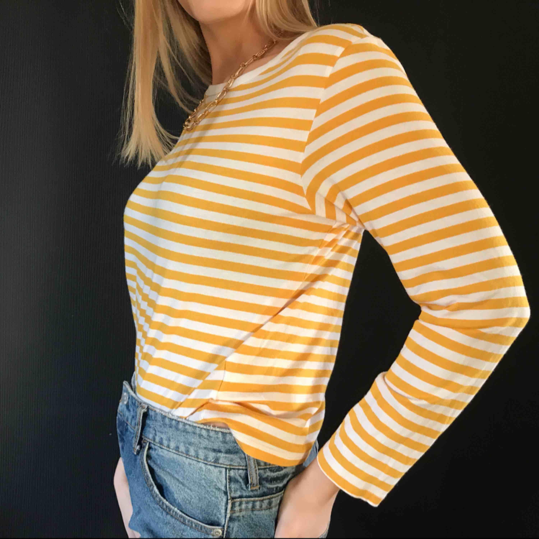 aassnygg långärmad tröja från monki som jag tyvärr inte använder längre :/ den är som ny. Huvtröjor & Träningströjor.