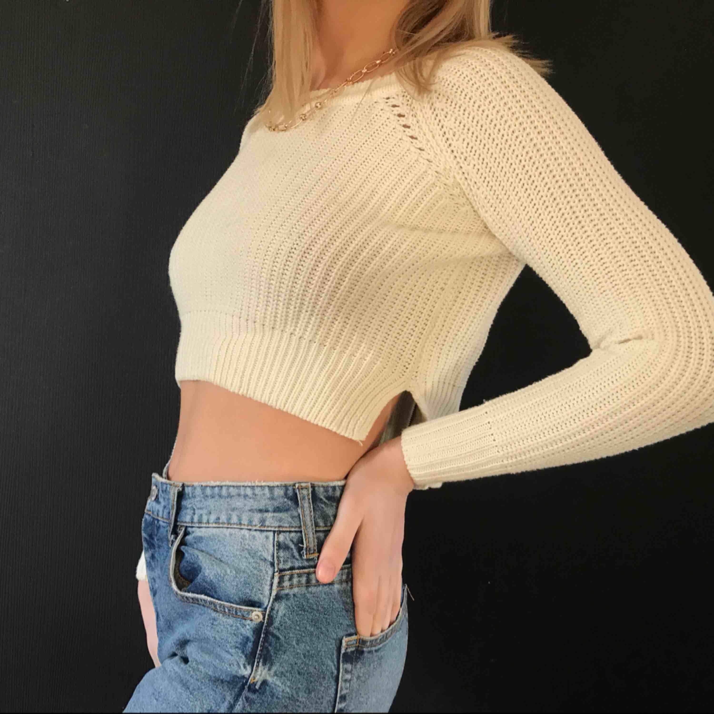cropad stickad tröja från hm, perfekt till en sommarkväll. den är som ny. Stickat.