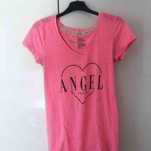Neonrosa t-shirt från Victoria's Secret! Flitigt använd på tidigare dagar men inte på länge, hyfsat bra skick! En liten svart fläck på framsidan, se tredje bilden 💗💞 Frakt tillkommer!