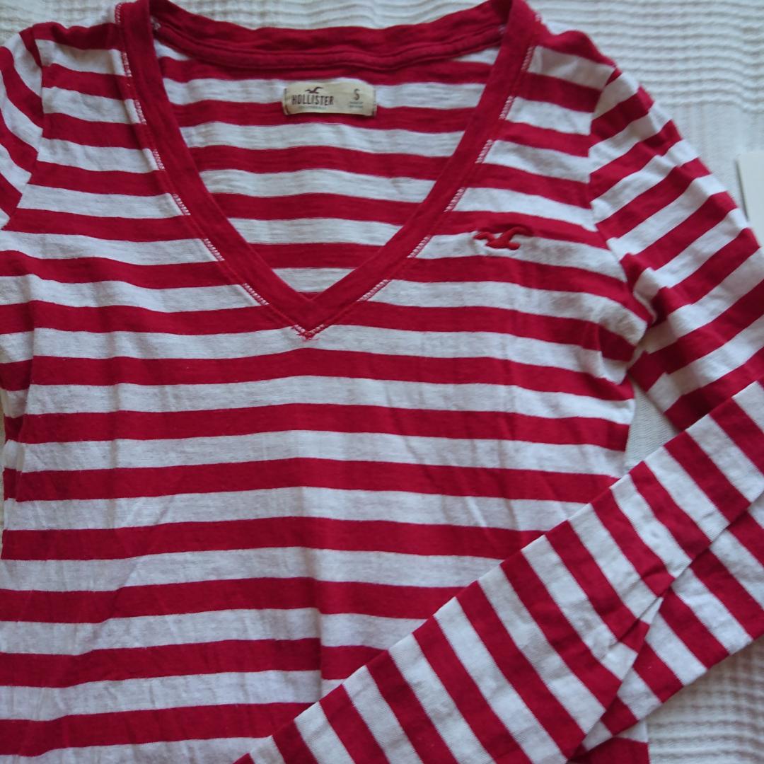 Röd och vit randig v-ringad tröja från hollister. Det som ser grått ut på bilden är bara skuggor. Pris kan diskuteras. Möts upp i Stockholm, om frakt önskas bjuder jag på frakten. Tröjor & Koftor.