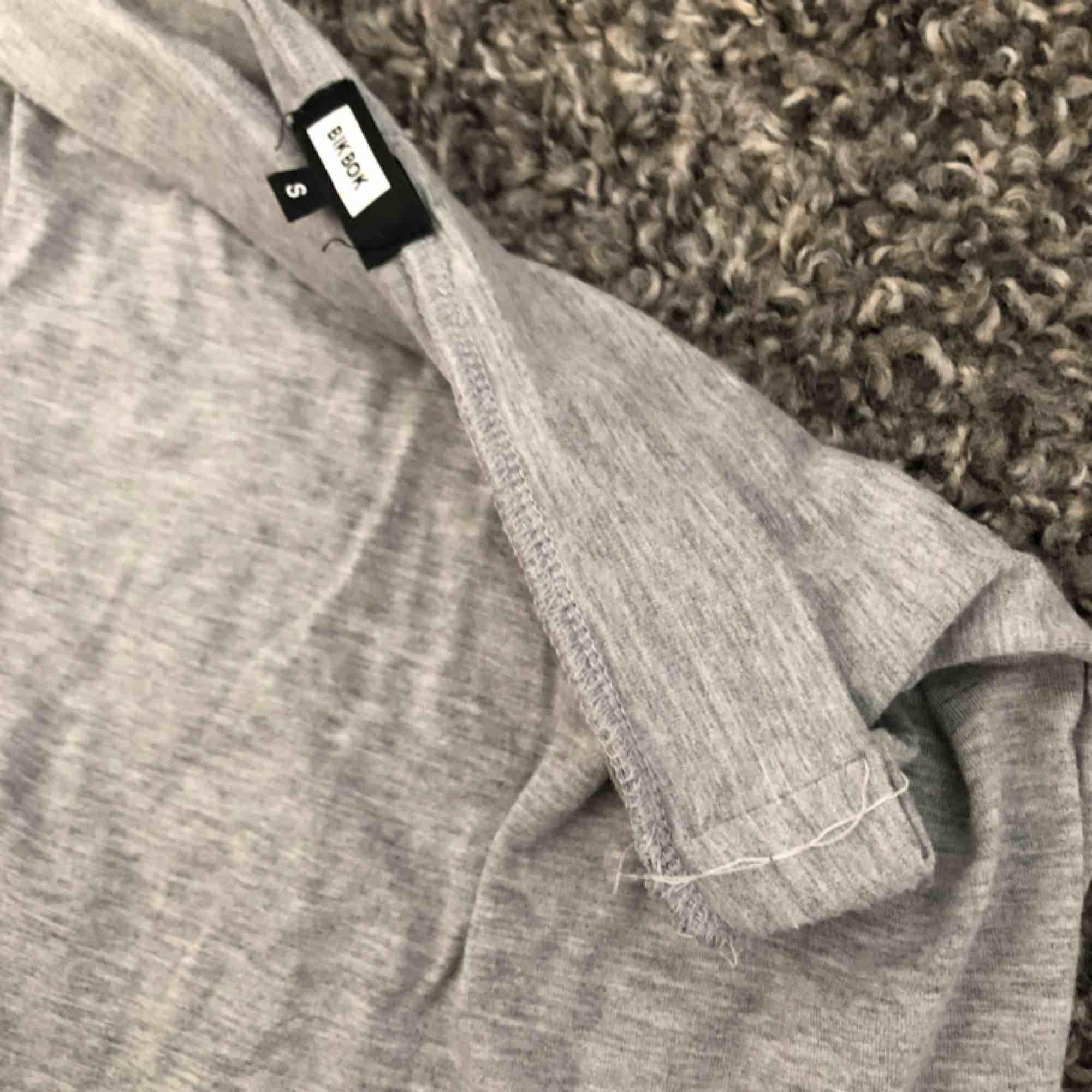 Grå tight kjol från bikbok. Aldrig använd. Något insydd i midjan men går lätt att sprätta upp vid önskemål. Köparen står för frakt :) . Kjolar.