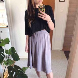 Vadlång söt kjol, perfekt till vår och sommar 💜