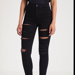 Svarta jeans från Topshop. Använda ca 2-3 ggr så dom är som nya. Hög midja och perfekt passform.