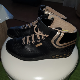 Nästan helt nya jätte snygga Reebok skor st 38.5 svarta med guld nypris 995 på eskilsvägen vid Haninge centrum men kan träffas upp i närheten swish eller kontanter tack lycka
