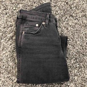 Superfina gråa tighta jeans från hm med slitning på ena knät. Enbart använda fåtal gånger. Köparen står för frakt :)