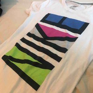 En jätte fin t-shirt från Nike. Tyvärr används den inte😔 men den är helt ny med prislappen kvar! Köpt 249