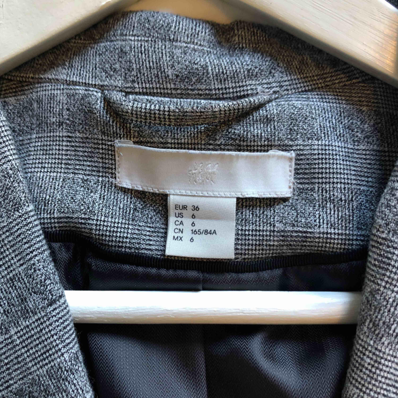 Rutig kavaj i mycket bra skick!  Använd endast ett fåtal gånger, ny skick!   En knapp fram Två fickor, fortfarande oöppnade  Material 64% Polyester 33% Viscos 3% Elastan Foder: 100% Polyester  Upphämtas i centrala Uppsala Porto tillkommer vid frakt, 72kr. Kostymer.