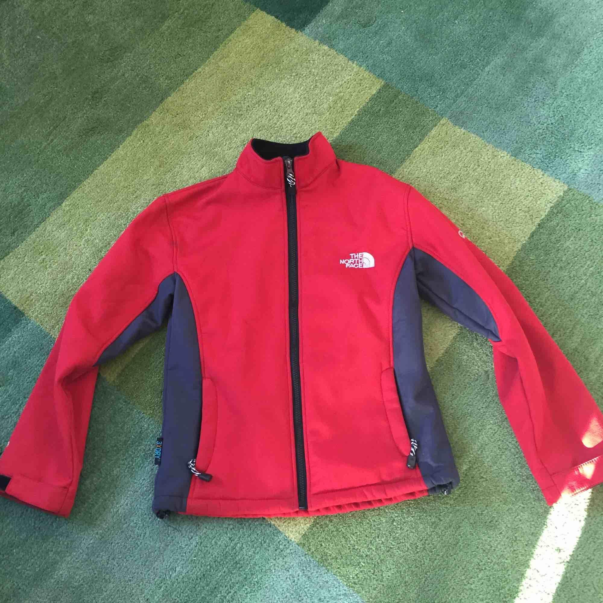 Skön fleece-tröja från North Face. Vindtålig och snabbtorkande.. Tröjor & Koftor.