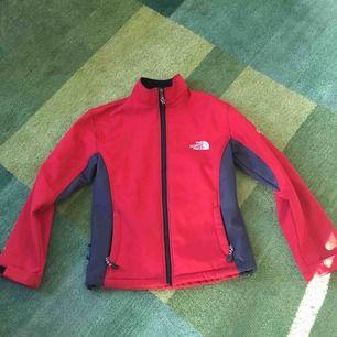 Skön fleece-tröja från North Face. Vindtålig och snabbtorkande.