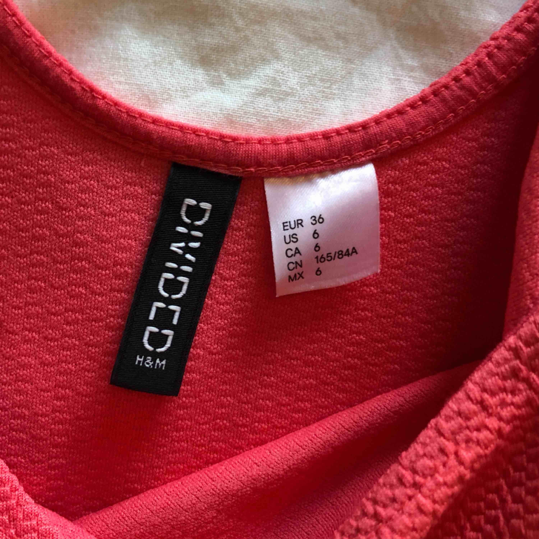 Aldrig använd sommarklänning från H&M Dividid Djupare urringning i ryggen   Material 69% Polyester 4% Elastan  Upphämtas i centrala Uppsala Porto tillkommer vid frakt, 54kr. Klänningar.