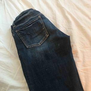 Ett par jeans från american Eagle. Vet inte riktigt vilken storlek det är men tror att dem är som XS kanske en liten s också! Fint skick. Används bara inte! Köparen står för frakten💕