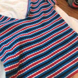 En jätte fin tröja från Gina tricot! Lite nioårig men absolut ingen man märker! Annars bra kvalité. Av mig används den bara inte tyvärr. Köparen står för frakten💕