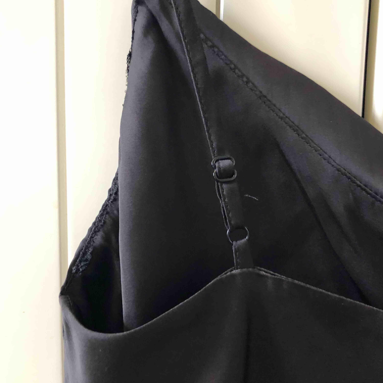 Aldrig använt! Svart linne med reglerbara axelband.   Material 100% Polyester   Upphämtas i centrala Uppsala Porto tillkommer vid frakt, 18kr. Toppar.