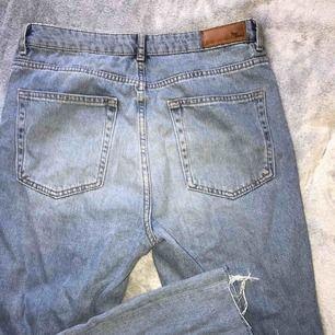 Riktigt snygga mom jeans köpta på Bikbok för 599:- för några dagar sen. Tyvärr för stora för mig. Storlek M, endast använda en gång. Bilder på finns, bara att höra av er! Frakt möjligt och köparen betalar då fraktkostnaden.