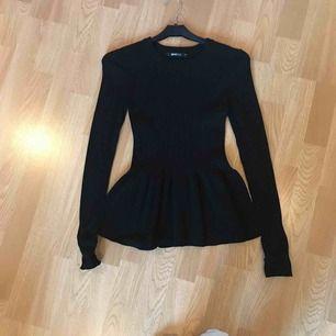 Svart ribbad tröja från Gina Tricot, väldigt stretchig så passar både XS och S. Peplumliknande. Fint skick. Köparen står för frakt.