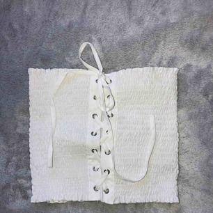 Snörad bandeau topp i storlek S. Jättesnygg men aldrig använd tyvärr. Frakt möjligt och betalas av köparen.