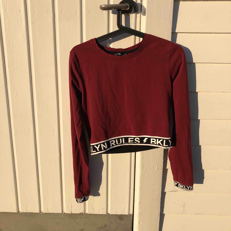 """En fin vinröd tröja med texten """"BKLYN RULES"""" från New yorker. Storlek medium. Kontakta mej om du har intresse. . Tröjor & Koftor."""