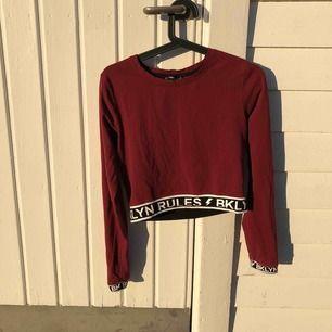 """En fin vinröd tröja med texten """"BKLYN RULES"""" från New yorker. Storlek medium. Kontakta mej om du har intresse."""