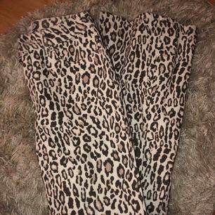 Leopardbyxor med utsvängda ben från nakd. Säljer eftersom dem är för små för mig. Frakt 30kr.