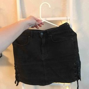 Svart/grå jeans kjol från Gina! Med snörning på varje sida av benen! Bra skick! Nypris 399kr,  130kr inklusive frakt