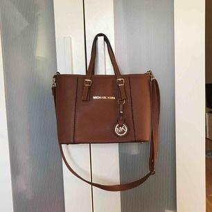 Fake Michael kors handväska, säljer pga ingen användning av den. Köpt i Bulgarien för 2 år sedan och har bara legat. Lika fin som när den köptes. Frakt tillkommer.