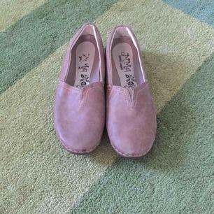 Fina skor i ljusbrun/gråbrun färg. Mycket lite använda.