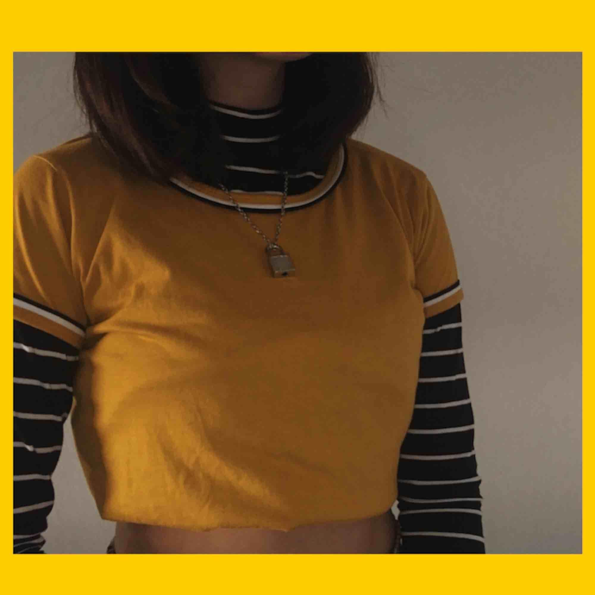 gullig tshirt från märket sisters point, älskar de små detaljerna på kragen och ärmarna! inte min stil så bestämde mig för att sälja den :( den har inte använts så mycket så den har inga skador! frakt är inräknat!. T-shirts.