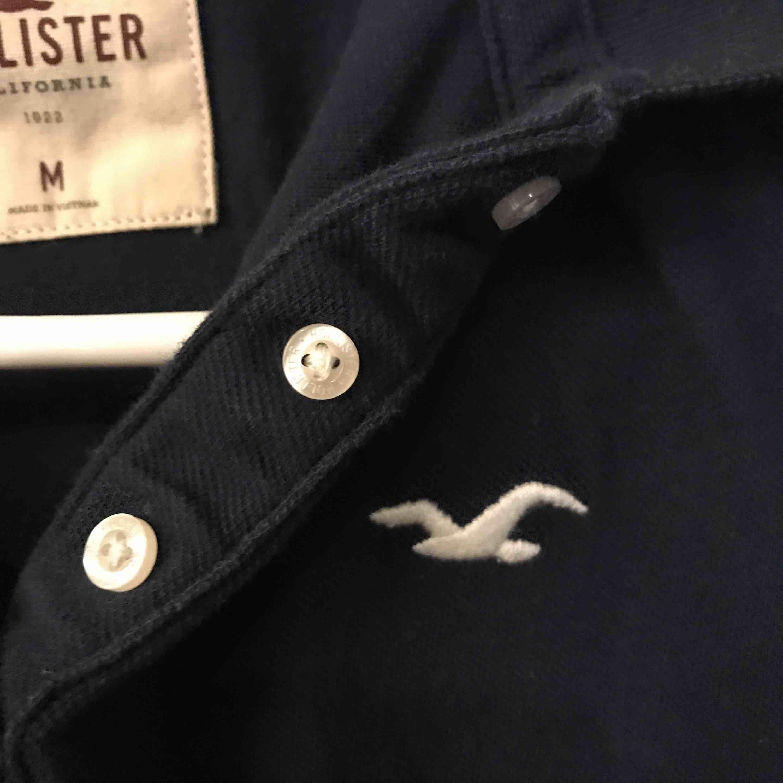 Piké köpt på Hollister, använd en gång. Inte riktigt min stil längre så lika bra att sälja. Den e lite längre bak än fram. Frakt tillkommer.. Kostymer.