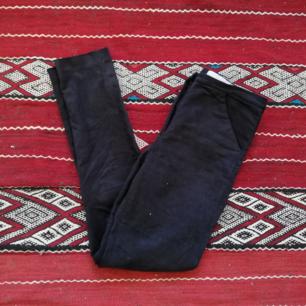 Svarta tighta byxor från Weekday Collection (deras lite dyrare linje) i stl XS. Gjorda i mockaimitation (vegan) och väldigt mjuka och sköna. Modellen heter Skinny Trousers och är en tight modell med normal midja. Frakt 55 kr.