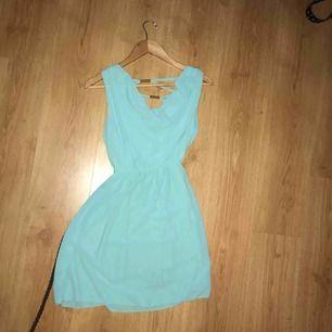Fin blå klänning som går till strax över knäna ungefär. Finns ingen lapp i och vet inte vart den är i från, men I stl S. Skärp följer med, klänningen har markering i midjan och har en lite lägra rygg med krisskross samt detaljer. 75kr inklusive frakt.