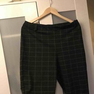 Rutiga kostymbyxor köpta på Vera Moda. Använda max 5 gånger. En fakeficka på höger sida. Frakt tillkommer.