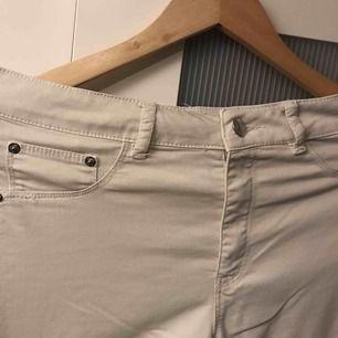 Byxor köpta på bikbok för ca 2 år sedan som bara legat. De ser vita ut på bilderna men har en lätt grå/beige ton till sig. Står M men hade funkat för S också.
