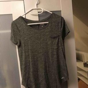 T-shirt från Hollister. Ficka på bröstet, rundad botten och baksidan är snäppet längre. Sparsamt använd men fick tyvärr ett hål i sig som jag fått sy (sista bilden), dock inget märkvärdigt då de smälter in rätt bra. Frakt tillkommer