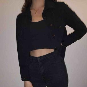 Svart oanvänd skjorta från USA, luftigt och lagom tjockt material  Skjortan är en bit längre baktill än fram