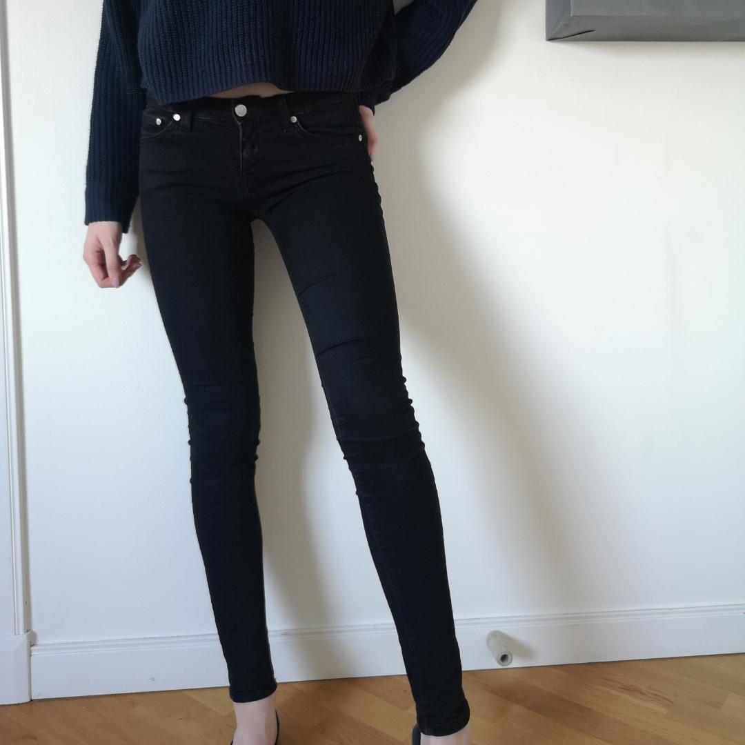 Svarta Crocker jeans från JC. Säljs då jag äger för många. Nypris runt 500kr men jag säljer för 100kr plus frakt för vet hur svårt det är att köpa jeans online. Väldigt bra skick, tvättade kanske 2 gånger. Passar dig som vanligtvis har storlek XS-S🌹 . Jeans & Byxor.