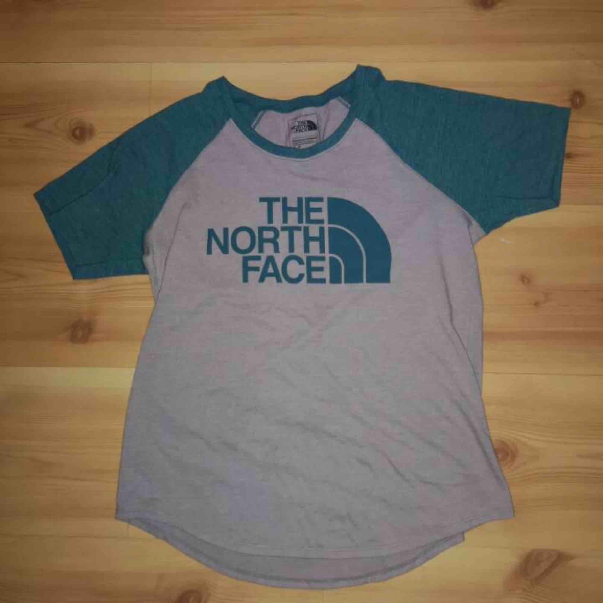 Blå/grå old school T-shirt från The north face, superskön! (Oanvänd) . T-shirts.