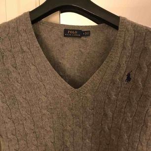 V-ringad stickad grå tröja från Ralph Lauren. Mycket gott skit.