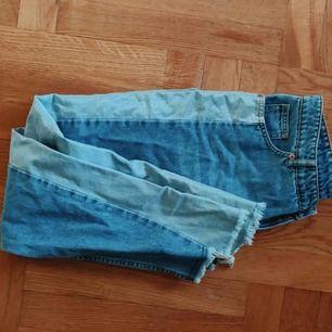 """Fina jeans från monki med lite ojämt nederkant, 50% mörkare jeans och 50% ljusare jeans med """"glans"""". Helt oanvända."""