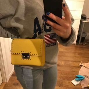 Fin gul liten handväska från Zara.