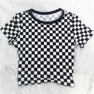 Högsta bud: 100 kr inkl frakt. Superfin checkered t-shirt.
