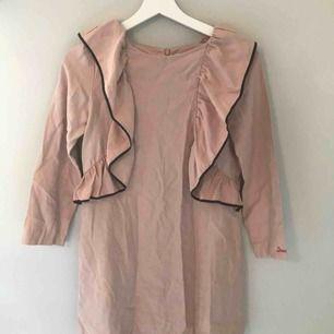 rosa klänning från zara med volanger med detaljer, i barnstorlek 11-12 vilket ska motsvara 11-12 år