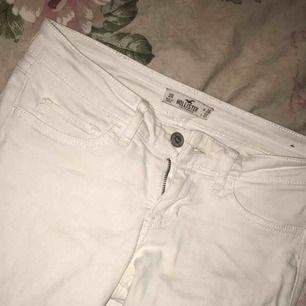 Ett par vita tajta hollister jeans i väldigt fint skick. Vid snabb affär så kan priset sänkas till 50 kronor, köpare står för frakten!☺️