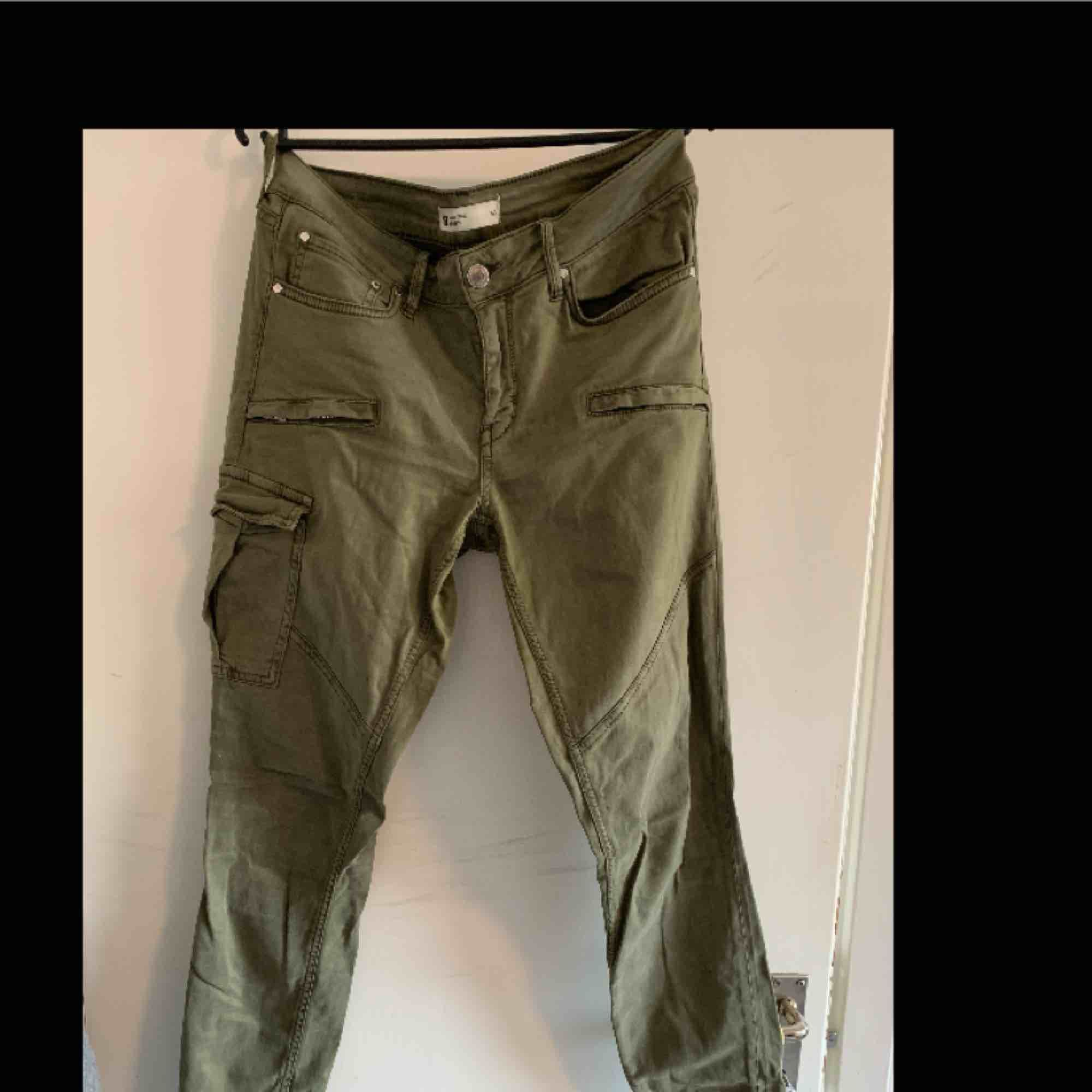 Gröna byxor från Gina Tricot. Endast använda ett par gånger.. Jeans & Byxor.